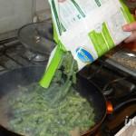 Насыпаем фасоль на сковороду