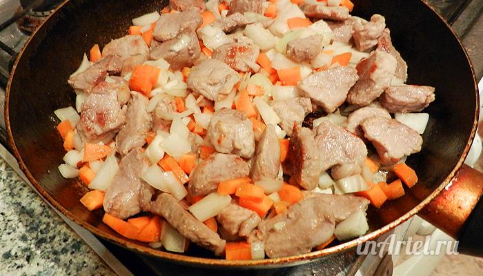Мясо жарится с овощами