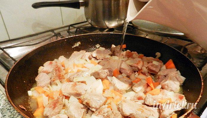 Мясо заливаем водой