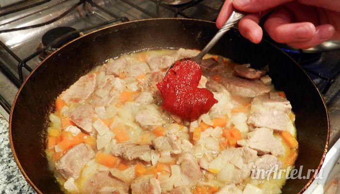 Кладем томатную пасту в мясо