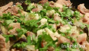 Зелень на сковороде