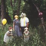 Семья в масках из картона