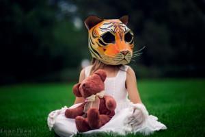 Девочка в маске тигра