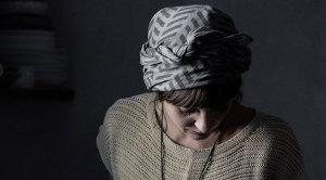 Интересный способ повязать шарф на голову