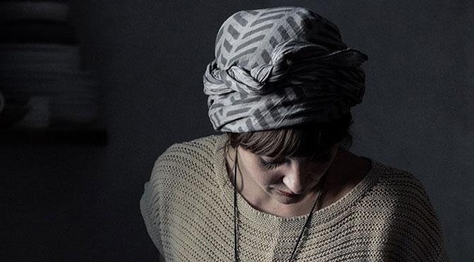You are currently viewing Интересный способ повязать шарф на голову